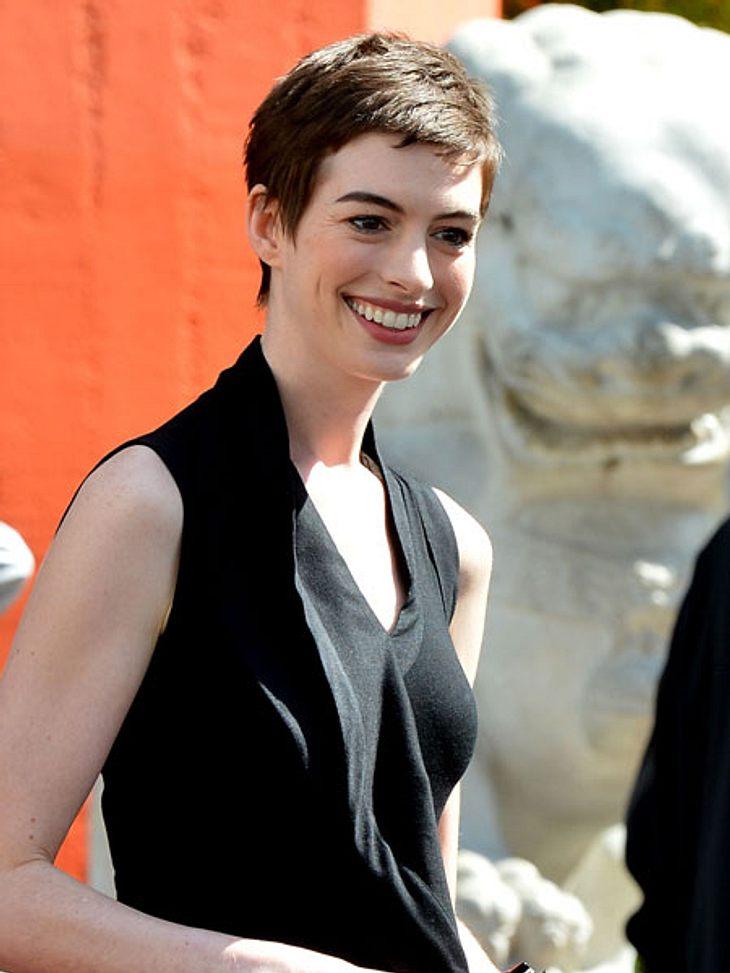 Star-Frisuren: Darum haben sich die Stars die Haare abgeschnittenAnne Hathaway (29) ist es alles andere als leicht gefallen, sich von ihren langen Haaren zu trennen. Sie soll sogar geweint haben, als der Frisör mit der Schere anrückte. Das
