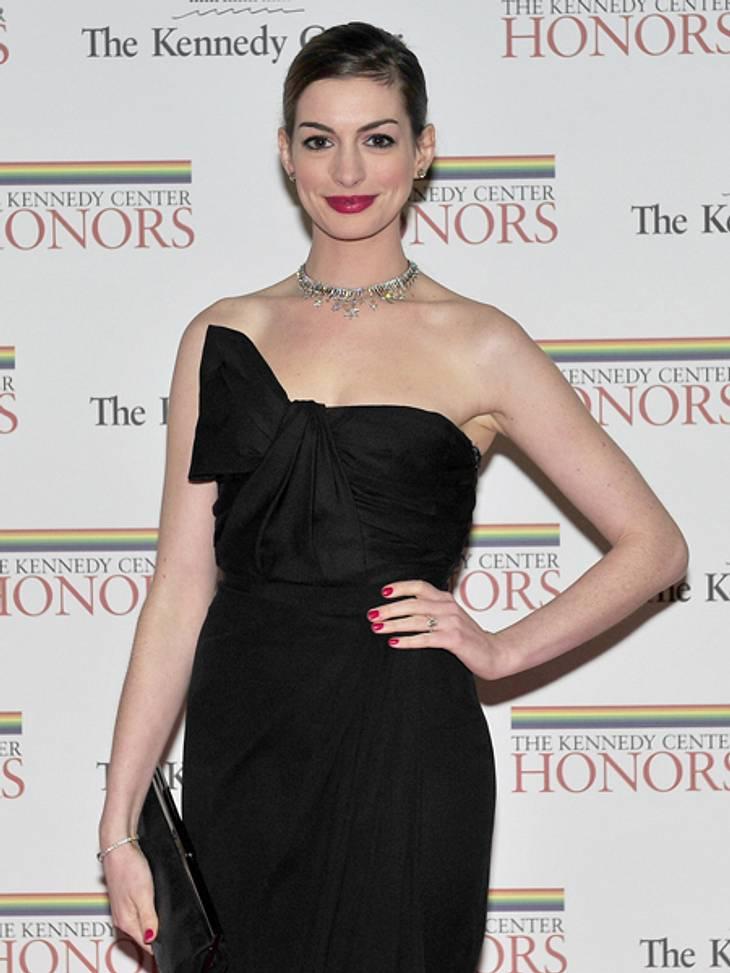 Black and White - Der Style von Anne HathawayIm rabenschwarzen Kleid, der schneeweißen Haut und den blutroten Lippern erinnert die 29-Jähirge an... ja, richtig Schneewittchen.
