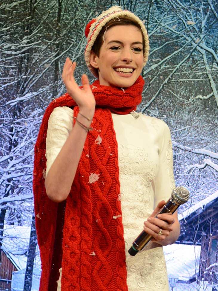 Ho Ho Ho - Stars im WeihnachtsfieberGestatten, Santa Anne! Das Weihnachts-Outfit steht Anne Hathaway (39) wirklich außerordentlich gut.