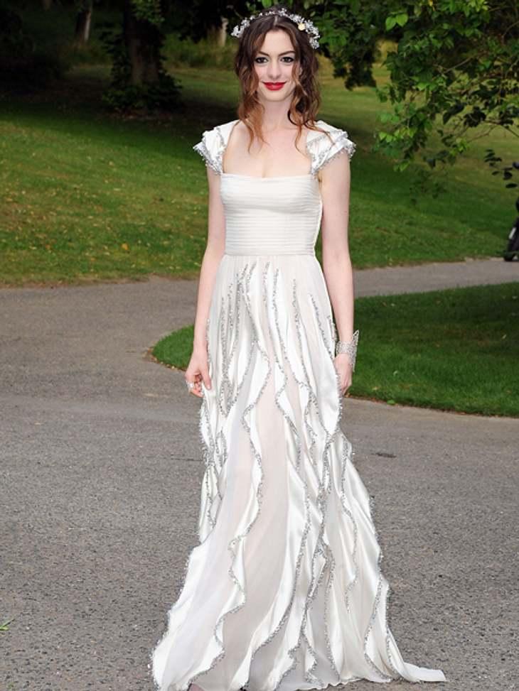 """Black and White - Der Style von Anne HathawayMit diesem Styling hätte sich Anne Hathaway ohne Zweifel für eine Rolle als Elbin in der """"Herr der Ringe""""-Trilogie bewerben können. Sie wählte diese Vintage-Robe von Valentino für den &"""