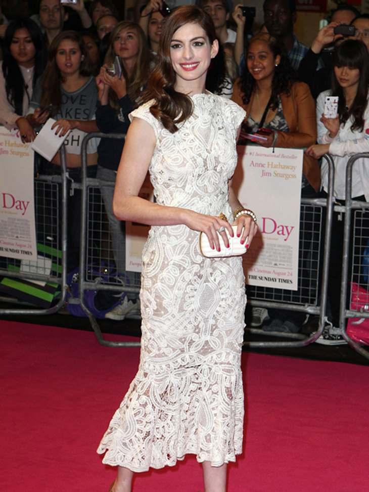 """Black and White - Der Style von Anne HathawayIm traumhaft schönen Kleid bei der """"Zwei an einem Tag""""-Europapremiere."""