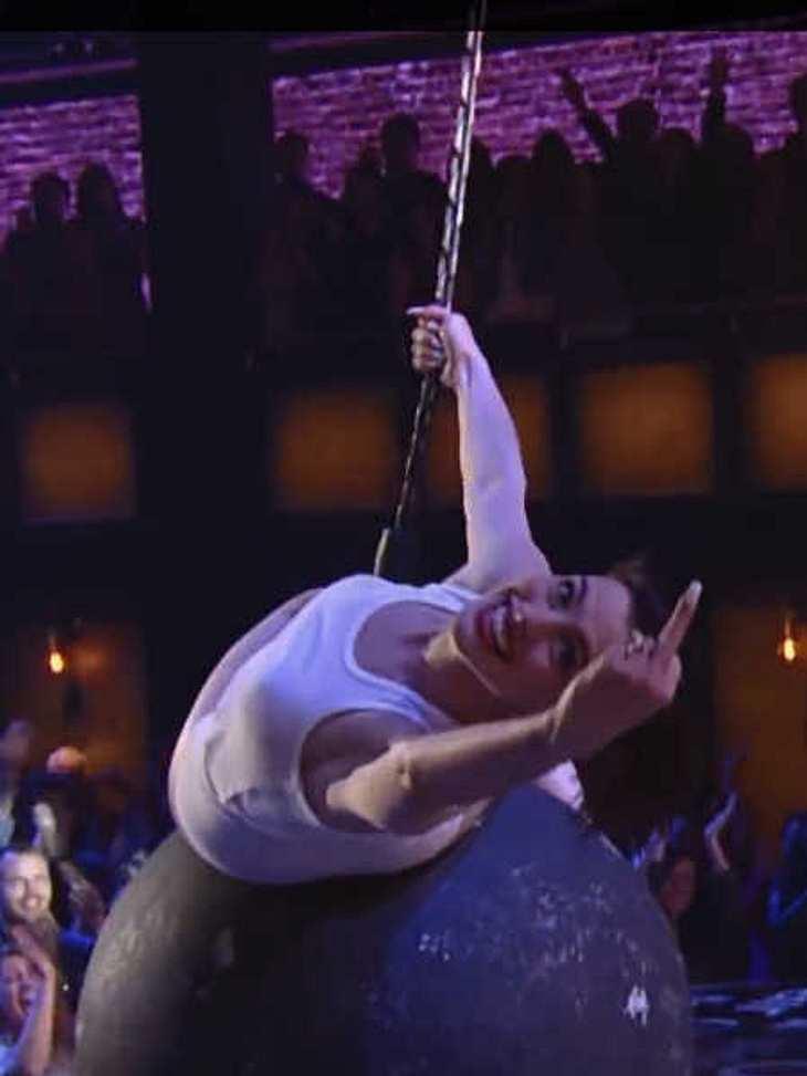 Anne Hathaway verarscht Miley Cyrus mit Wrecking Ball-Showeinlage!