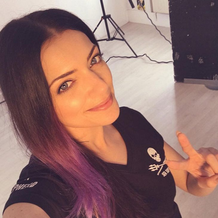 gzsz star anne menden berrascht mit bunten haaren intouch. Black Bedroom Furniture Sets. Home Design Ideas