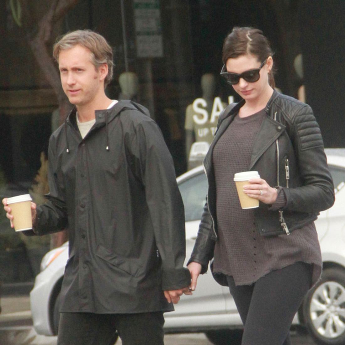 Anne Hathaway hochschwanger mit ihrem Ehemann