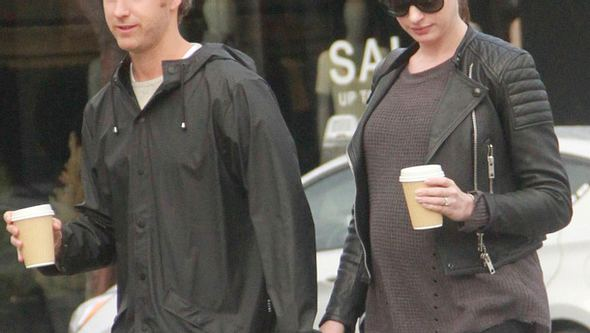 Anne Hathaway hochschwanger mit ihrem Ehemann - Foto: WENN.com