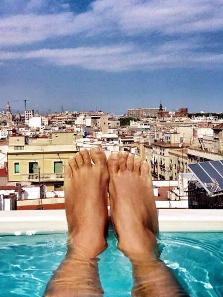 Annemarie Carpendale zeigt ihre Füße