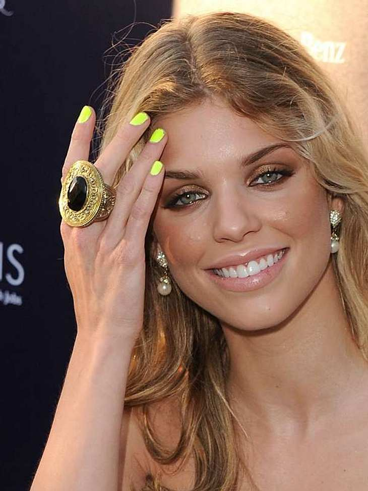 Die Stars sind nicht nur bei Fashion-Themen trendsicher, auch in Sachen Beauty liegen sie immer ganz weit vorn.Annalynn McCord trägt am liebsten knallige Nägel, wie hier in Quietschgelb.