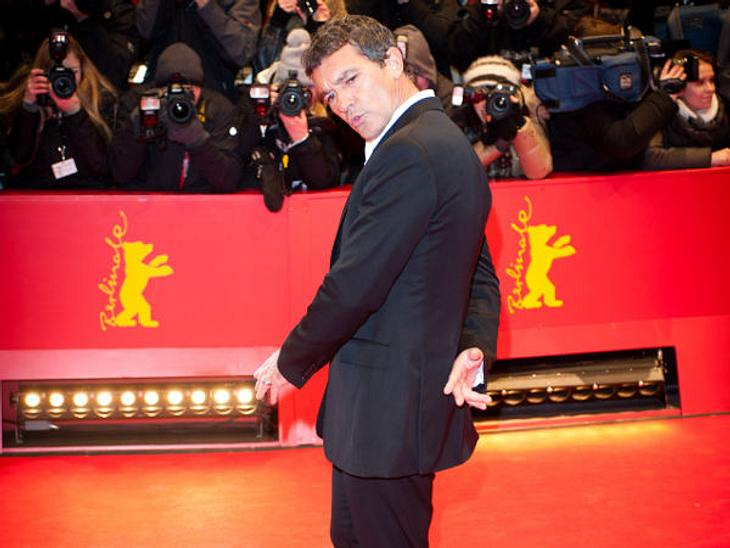 Oh, wie lustig...Antonio Banderas wollte eine besonders coole Pose auf dem roten Teppich hinlegen. Doch wirkt er ein bisschen - naja - dämlich?
