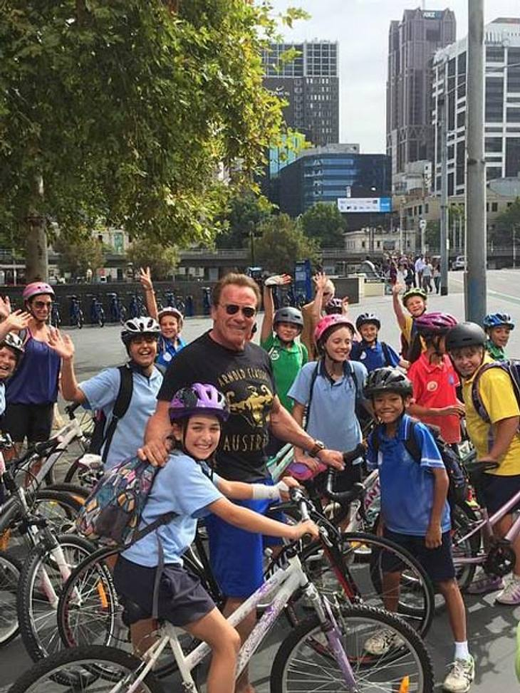 Arnie missachtet die Helmpflicht und postet davon auch noch ein Foto auf Facebook.