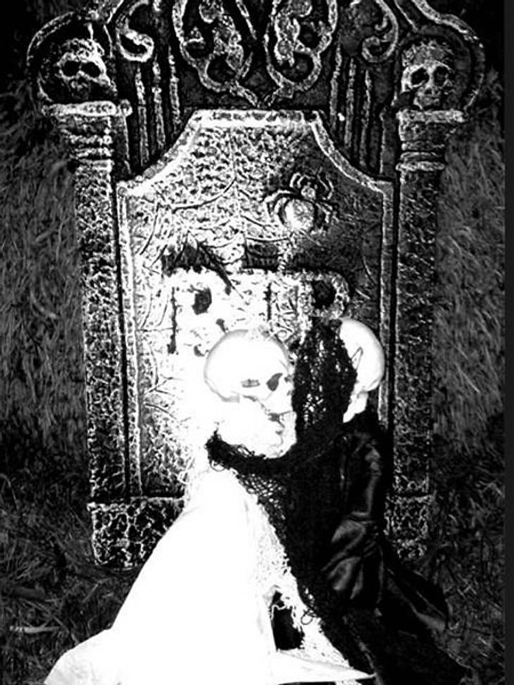 Schaurig schön: Stars im Halloween-WahnDer Vorgarten von Jessica Simpsons kleiner Schwester wurde mit Grabstein und Skelettpärchen zum Friedhof.
