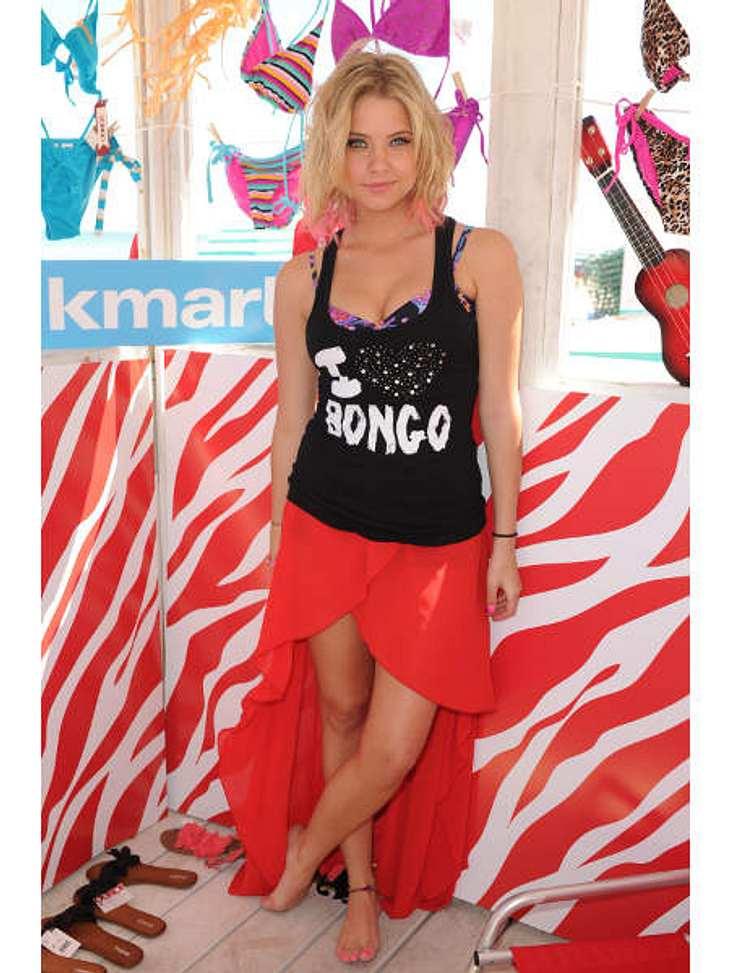 """Die Stars lieben Vokuhila-KleiderSchauspielerin Ashley Benson (22) beweist, dass Vokuhila-Kleider sogar strandtauglich sein können. Der """"Pretty Little Liars""""-Star hat sich für den Beach-Besuch in ein flatterhaftes Röckchen geworfe"""
