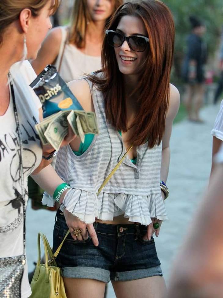 """Coachella Festival """"Twilight""""-Star  Ashley Greene ganz casual mit Jeansshorts und Blüschen."""