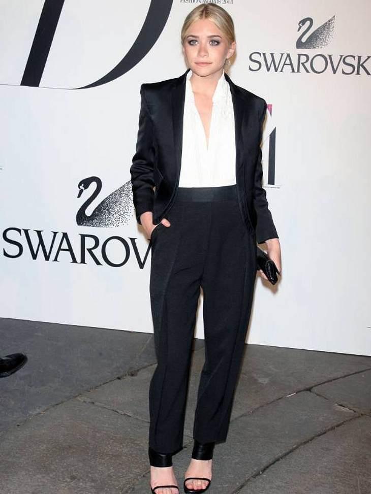 Boyfriend-Style: Ladys im Anzug Ashley Olsen hat einen Blazer mit Schulterpolstern ausgesucht.
