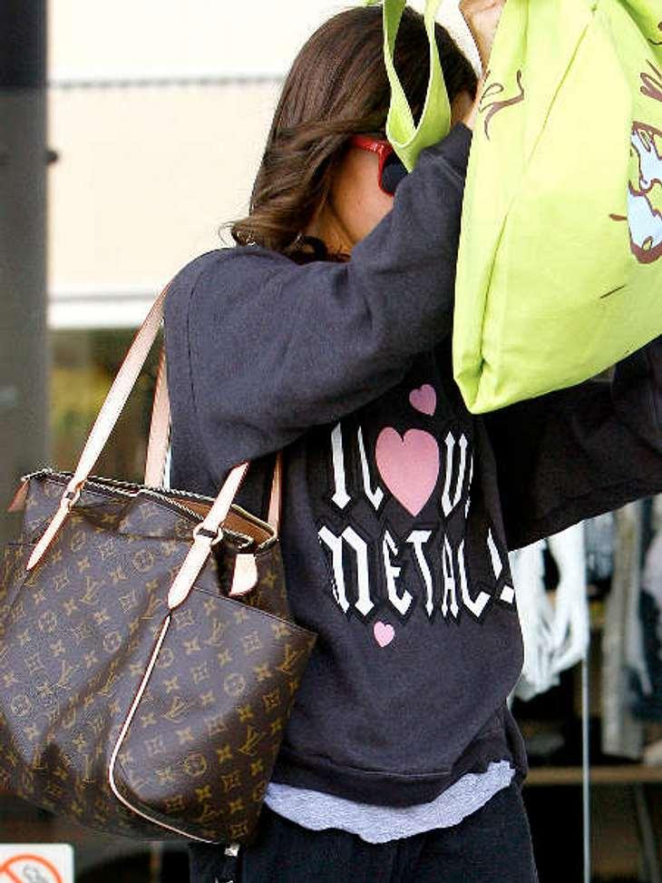 Die Stars und ihre Louis Vuitton Taschen Mit dieser Tasche muss sich Ashley Tisdale überhaupt nicht verstecken. Die Totally GM ist schick und hat eine Menge Platz. Kosten: 840 Euro