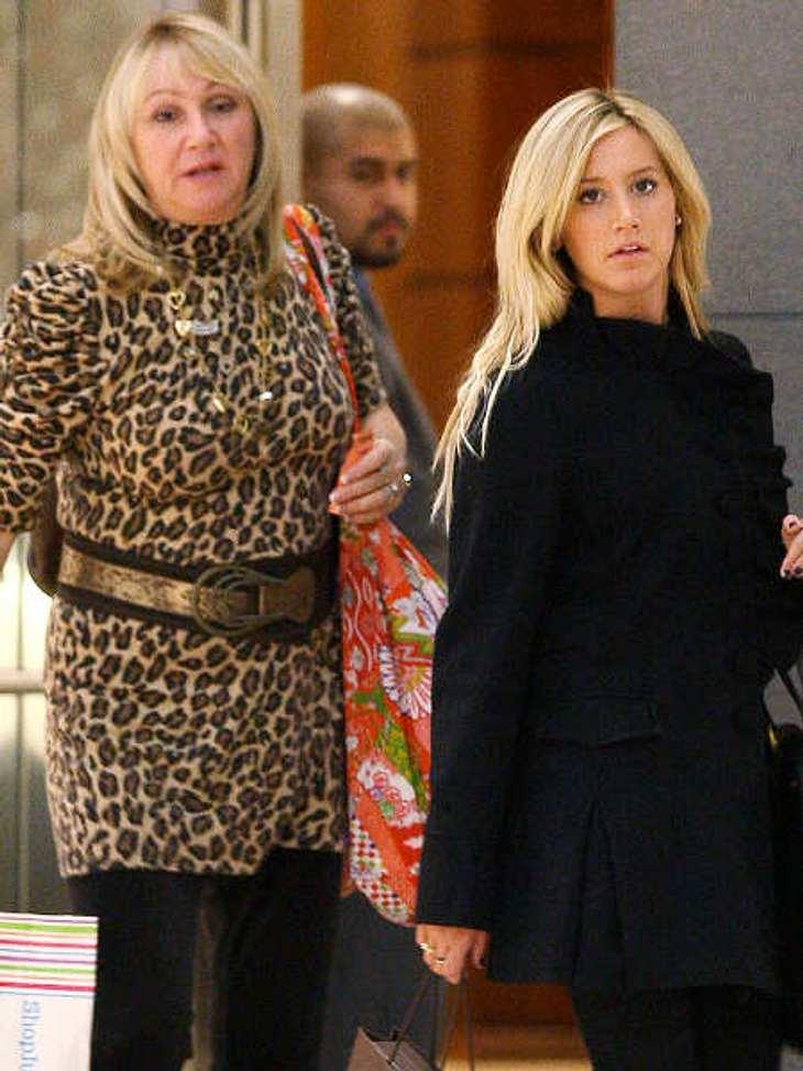 Stars & ihre MütterAshley Tisdale (26) nimmt sich die Ratschläge ihrer Mutter Lis immer sehr zu Herzen. Nur in Sachen Mode scheinen sich die beiden nicht ganz einig zu sein...