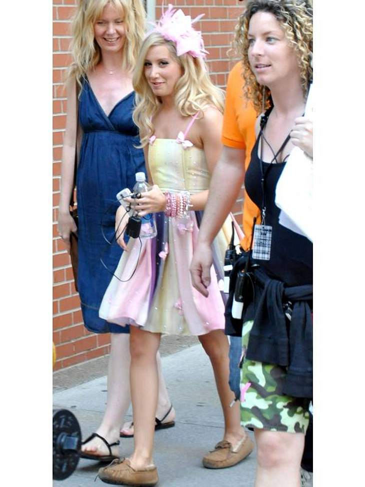 Mokassin-UGGs trägt Ashley Tisdale - wenn sie auch nicht so ganz zum rosa Kleid passen.
