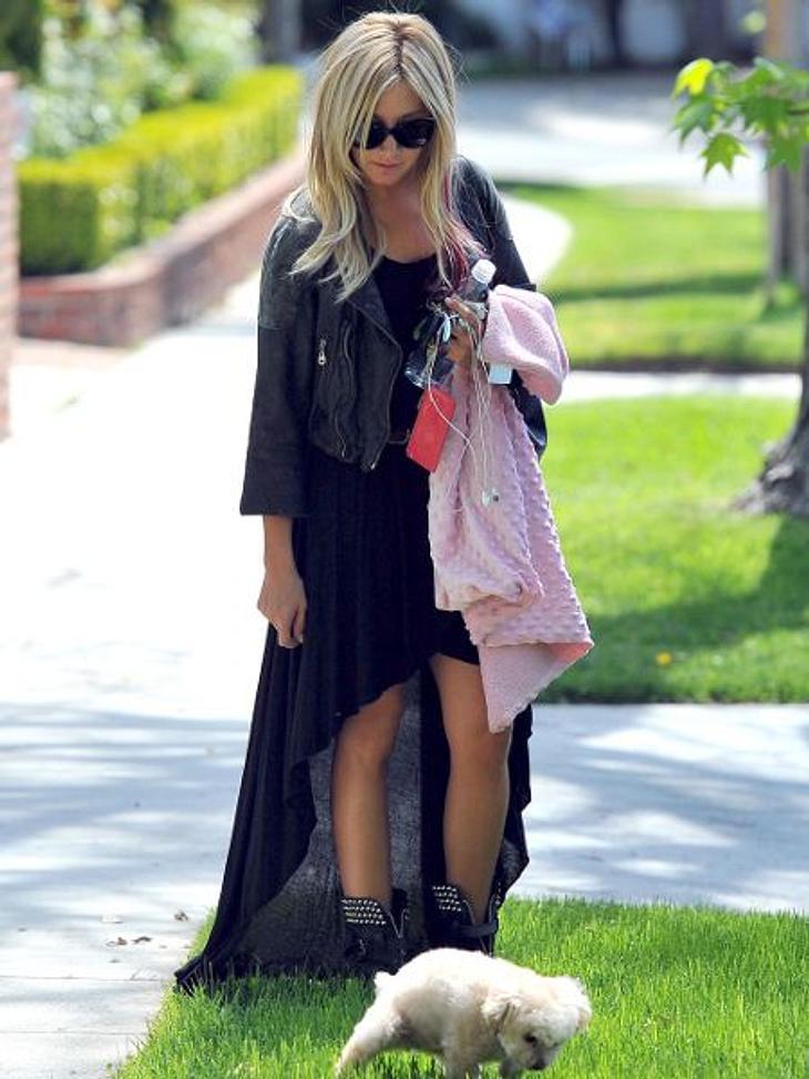 Die Stars lieben Vokuhila-KleiderSelbst beim Gassigehen verzichtet Ashley Tisdale nicht auf den Vokuhila-Look. Mit dieser rockigen Kombi ist sie garantiert das stylishte Frauchen auf der Hundewiese.