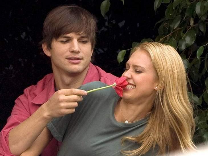 """Stars - manchmal ganz schön peinlichAm Set von """"Valentinstag"""" ärgert  Ashton Kutcher Filmpartnerin  Jessica Alba mit einer schnöden Blume - Hauptsache, sie haben Spaß."""