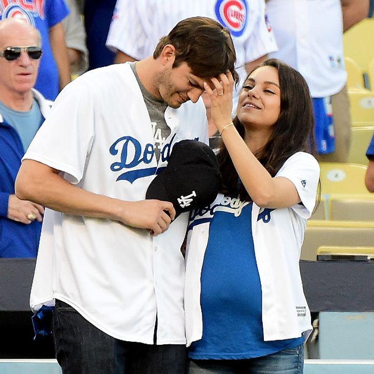 Mila Kunis und Ashton Kutcher konnten die Finger nicht voneinander lassen