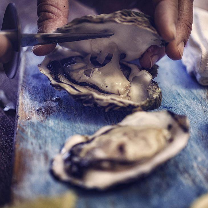 Frau ißt Meeresfrüchte- kurz danach ist sie tot