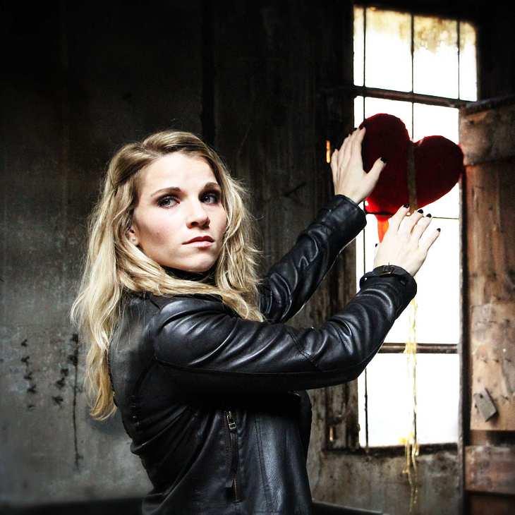 """Überraschendes AWZ-Comeback: Maria Kempken beweist sich mit """"Dark Days"""" als Sängerin!"""