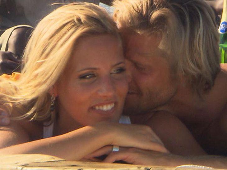 Sissi und Paul kuscheln romantsich am Strand.