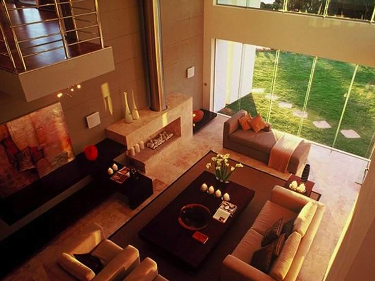 """""""Der Bachelor"""" 2013 - Ein Blick ins Innere der Luxus-VillaDie Villa bietet fünf Schlaf- und Badezimmer und sogar die stolze Anzahl von neun Balkonen. Im Wohnzimmer kann man sicherlich recht gute Partys geben."""