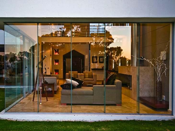 """""""Der Bachelor"""" 2013 - Ein Blick ins Innere der Luxus-VillaDer Blick durch die Glas-Front ins Innere der Villa lässt schon erahnen: Es wurde geklotzt, nicht gekleckert."""