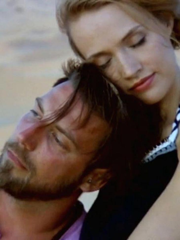Anna und Tommy kuscheln in der Wüste
