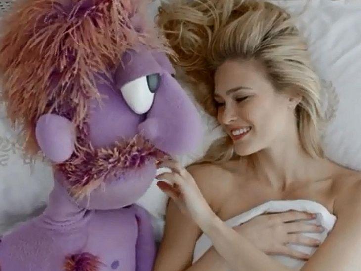 Bar Refaeli vergnügt sich mit einer Puppe im Bett