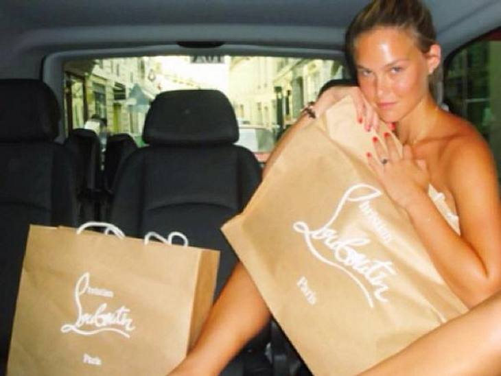 Was für schöne neue Tüten! Für die begehrten Louboutin-Schuhe gibt Bar Refaeli (27) buchstäblich ihr letztes Hemd...