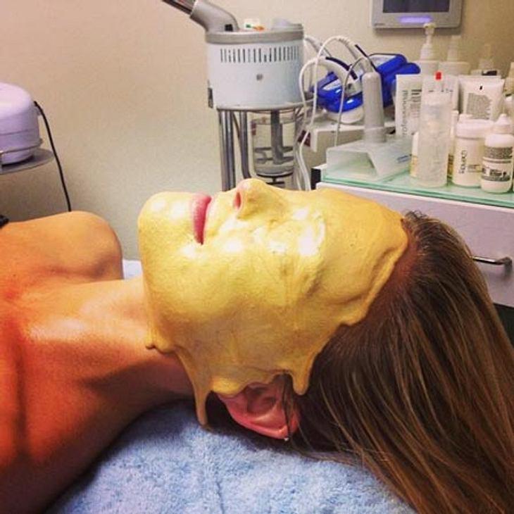Bar Refaeli gönnte sich bereits ein Blood Facial. Um ihre Schönheit weiter zu fördern, was ja eigentlich gar nicht notwendig ist, war nun ein Gold Facial dran. Sieht... ähm... sehr interessant aus...
