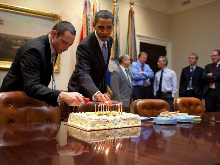 Stars ♥ Torte!Geburtstagsparty im Oval Office: Wenn Barack Obama (50) die Kerzen anzündet und die Kollegen auf das erste Stück hoffen, hat das was von einem ganz normalen Büro-Geburtstag