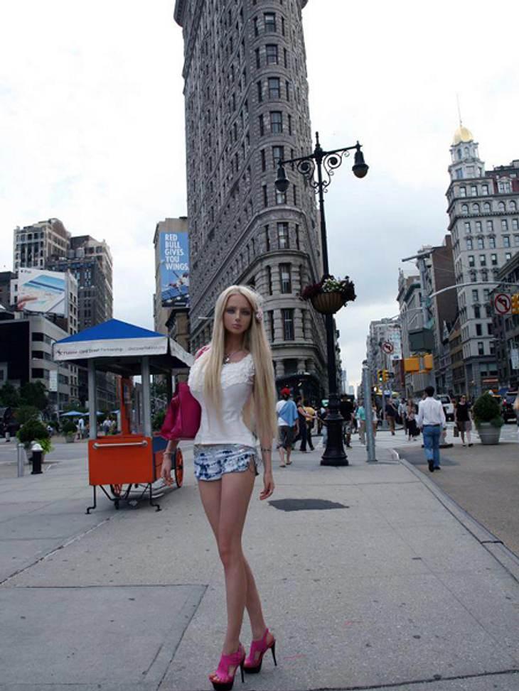 """""""Real Life""""-Barbie Valeria Lukyanova: Schön oder schaurig?Die """"Real Life""""-Barbie vor dem New Yorker Flat Iron. Was von beiden hat wohl mehr Substanz?"""