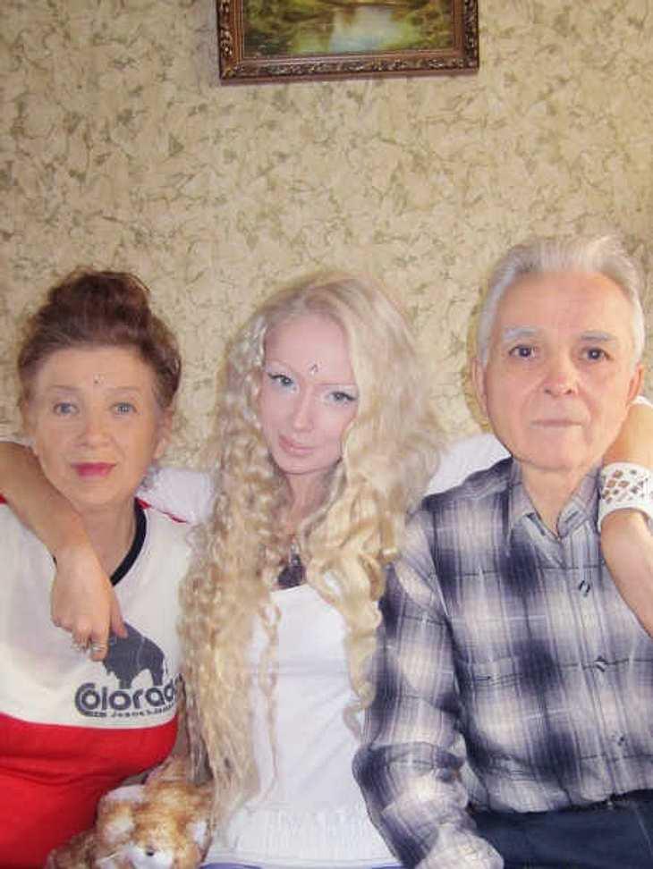 Familien-Bild: Valeria Lukyanova mit ihren Großeltern.