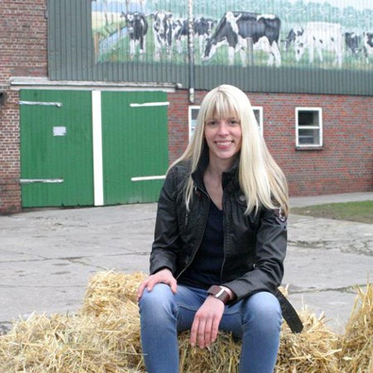 Die lesbische Landwirtin Lena (24) aus Ostfriesland ist ein echtes Energiebündel und wünscht sich eine richtige Frau an ihrer Seite.