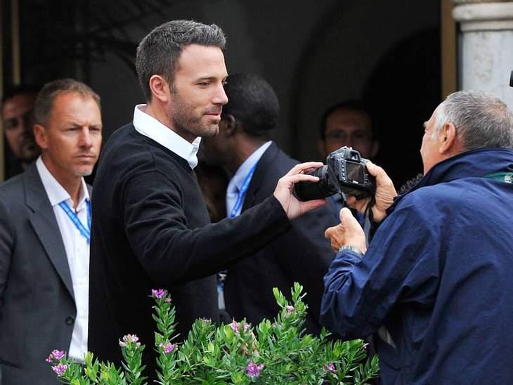 Ben Affleck ist bei einer Premiere einem Fotografen behilflich.