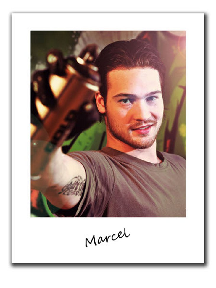 """""""Berlin - Tag & Nacht""""Marcel, 24, ist der Künstler in der WG. Malen, zeichnen und Bodypainting sind seine große Leidenschaften. Doch seinen Lebensunterhalt verdient sich der Frauenschwarm als Halbtagskraft im Fitnesstudio.Er t"""
