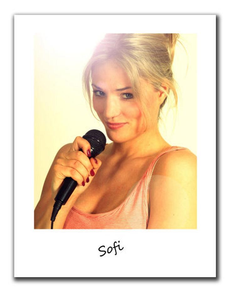 """""""Berlin - Tag & Nacht""""Sofi, 21, ist noch ganz neu in Berlin und kommt aus einer guten Familie. Eines Tages möchte sie ganz groß rauskommen und als Sängerin berühmt werden. Doch bis dahin schlägt sie sich als Promoterin durch.D"""