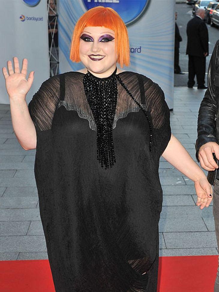 Der Look von Beth DittoOrangefarbener Pagenkopf? Ja, so mutig ist Beth Ditto. Und als ob das nicht reicht, zeigt sie auch noch ganz deutlich ihren BH unterm Kleid.