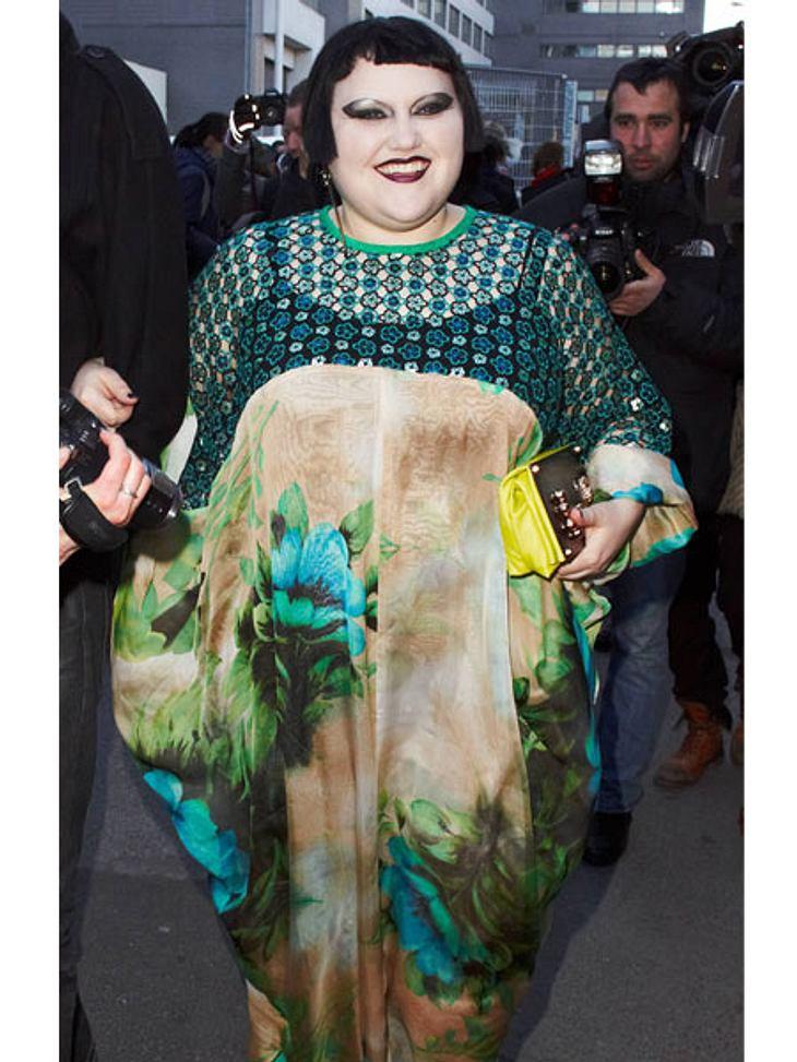 Der Look von Beth DittoWie eine große Blumenwiese kommt Beth Ditto in diesem Kleid daher.