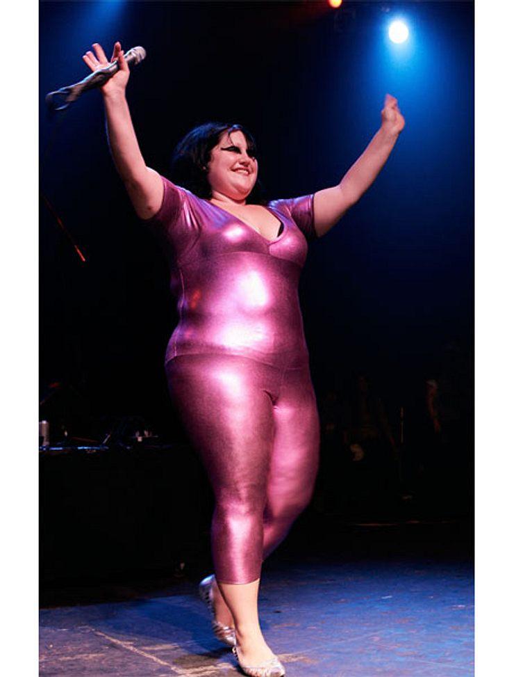 Der Look von Beth DittoBeth Ditto kann aber auch mehr als provokant in Sachen Fashion sein. Für ihre Ganzkörper-Glanz-Anzüge ist sie weltberühmt. Und sie ist wohl die Einzige, die so etwas tragen kann, ohne blöd angeguckt zu werden.