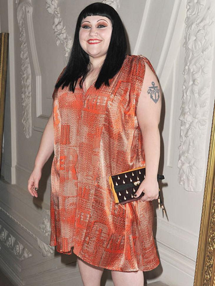 Der Look von Beth DittoAuch mit Flatterkleid und längeren Haaren macht Beth Ditto in XL eine gute Figur.