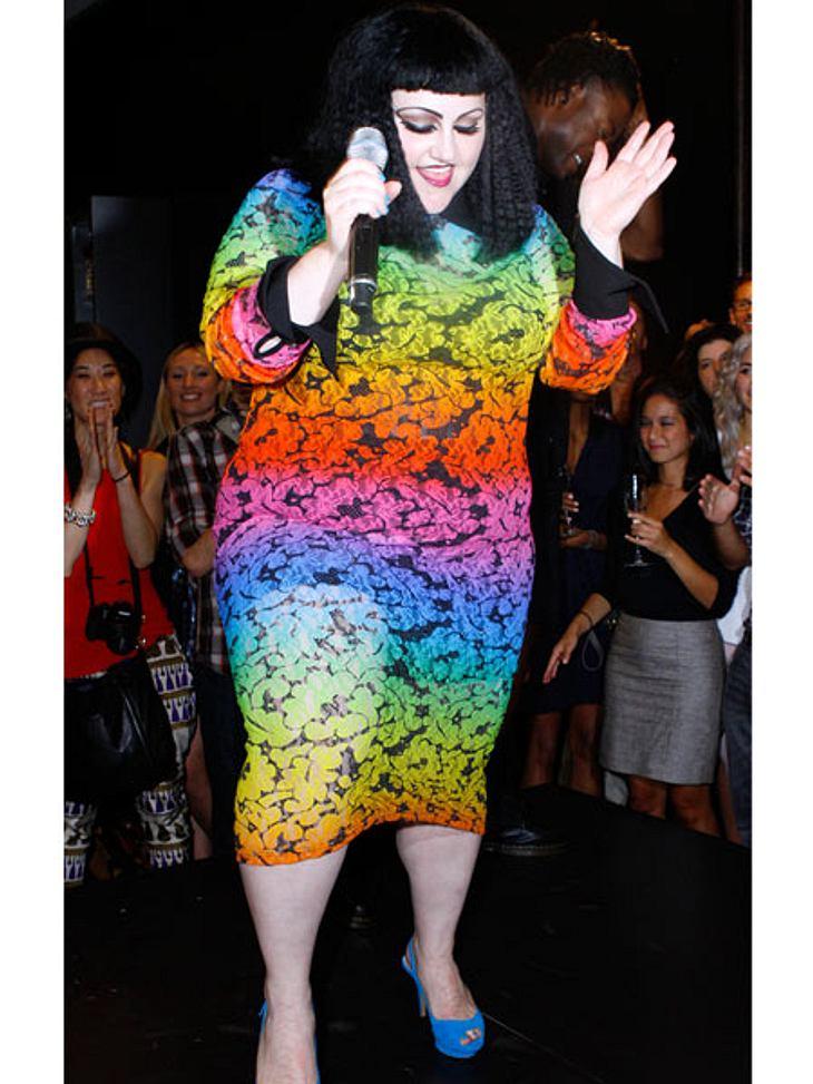Der Look von Beth DittoWenn die Kurven schon so groß sind, dann können sie auch mit grellen Farben zur Geltung gebracht werden.