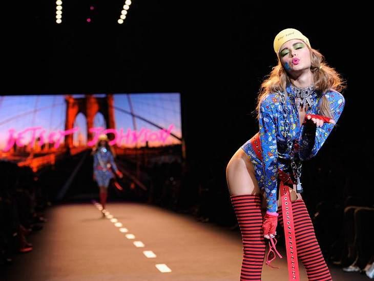 Bei der Show von Betsey Johnson gings rund: Schrille Farben, freche Models und jede Menge Schischi.