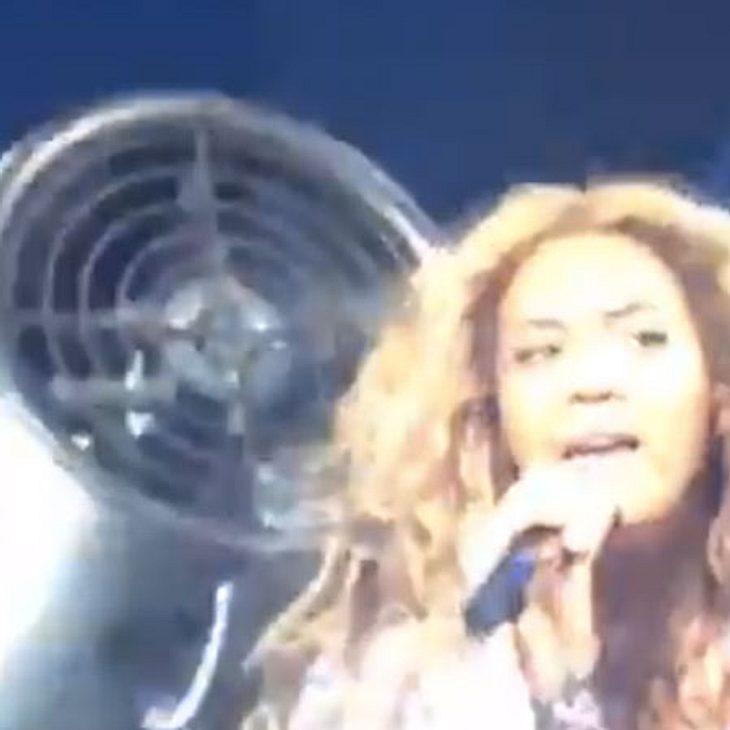 Hier verfängt sich die Sängerin in einem Ventilator