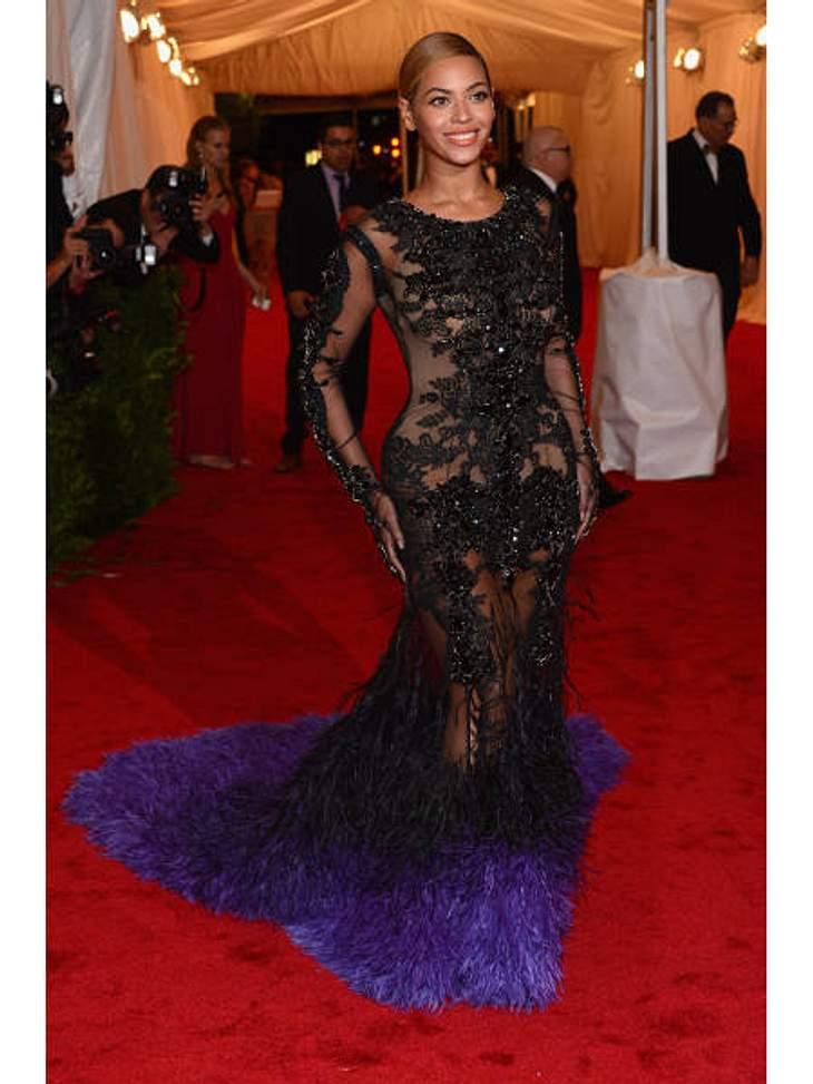 Met-Gala 2012: Die spektakulärsten Kleider des AbendsEin Hauch von Nichts und schwarzer Spitze: Beyoncé (30) war in diesem offenherzigen Givenchy-Dress der Liebling der Fotografen.
