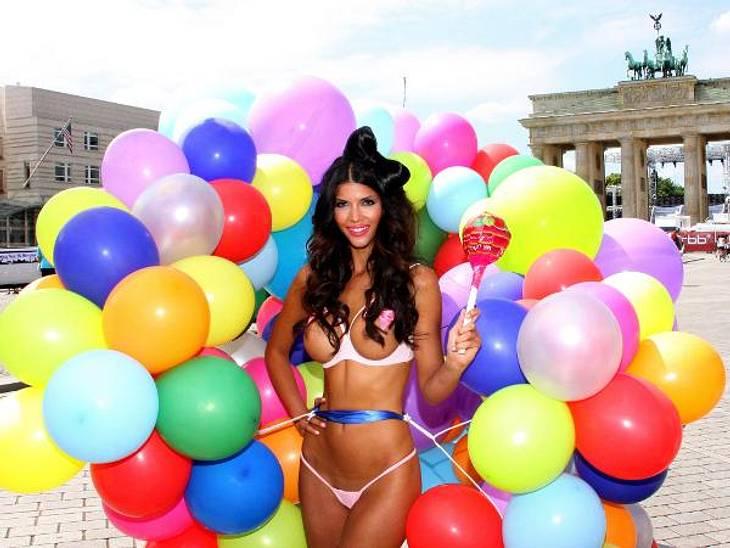 Die besten Bilder von Micaela Schäfers Nackt-ParadeDas Nacktmodel steht offenbar auf große Ballons: Für ihren Kalender ließ sie sich vor dem Brandenburger Tor ablichten.