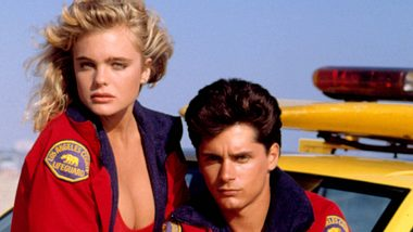 Billy Warlock und Erika Eleniak als Paar bei Baywatch - Foto: Imago