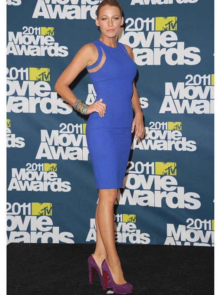 """Der Look von Blake LivelyBlake Lively bei den """"MTV Movie Awards"""" 2011 in einem royalblauen Etuikleid."""